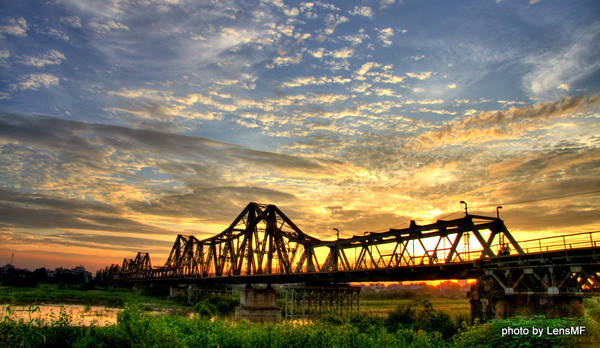 Cầu Long Biên đến nay đã hơn 100 năm tuổi.