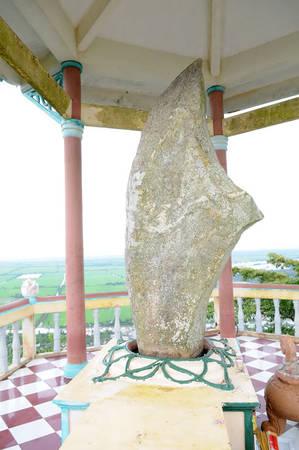 Description: Tảng đá Thạch Đại Đao nặng khoảng 2,5 tấn cao khoảng 320cm.