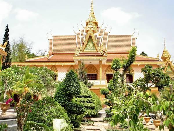 Chùa được xây dựng trên nền móng của một công trình cổ, có kiến trúc đơn giản.