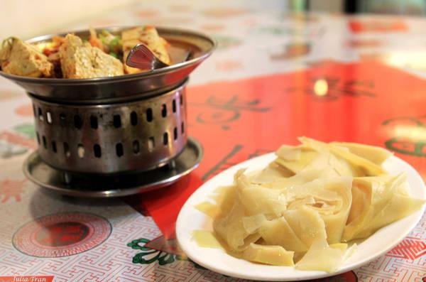 Măng luộc và đậu hũ thối, món ăn phổ biến ở Đài Loan.