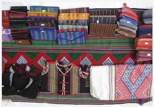 Nguyên liệu để dệt là tơ sợi và nhuộm bằng màu tự nhiên từ mủ cây, vỏ cây và trái cây, làm cho màu sắc trên sản phẩm rất đặc biệt và bền