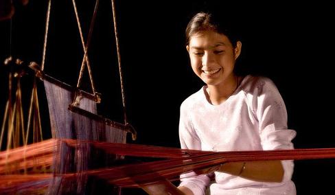 Description: Dêt thổ cẩm là nghề truyền thống mà mọi người phụ nữ Chăm đều thạo.