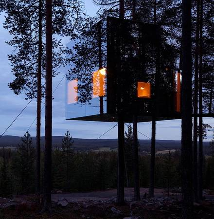 Ngôi nhà trên cây mang tên Mirrorcube tại Thụy Điển là một phòng khách sạn thoải mái dành cho 2 người, gồm có 1 phòng khách, phòng ngủ đôi, phòng bếp, phòng tắm, thậm chí còn có cả 1 khoảng sân thượng thoáng mát.