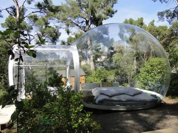 Nơi này cũng là một mạng lưới khách sạn kiểu bong bóng đầu tiên được lập ra tại Pháp. Attrap Reves muốn tạo ra một không gian thơ mộng thực sự cũng như một trải nghiệm mới lạ trong những căn phòng bong bóng độc đáo.