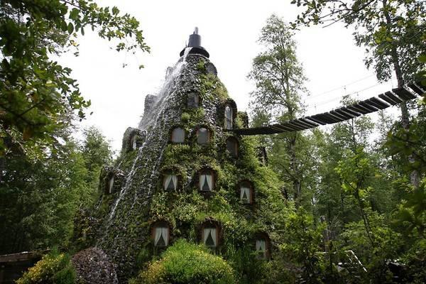 Khách sạn Huilo Huilo ở Neltume, Chile được xây dựng trên một khu bảo tồn sinh học. Huilo Huilo không chỉ là một khách sạn mà còn là một kỳ quan thiên nhiên với ba nhà nghỉ khác nhau để những người yêu thiên nhiên có thể ở lại, nghỉ ngơi và ngắm cảnh tại đây.
