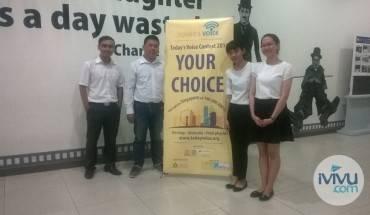 Anh Nguyễn Minh Bảo, Project Manager tại iVIVU.com (thứ 2 từ trái sang) chụp ảnh kỷ niệm với nhóm LALA.