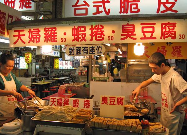 Những món đặc sản nổi tiếng ở chợ Đêm Miếu Khẩu bao gồm súp lươn hầm, bóng sò điệp và thậm chí có cả một số món ngon hiếm có như cá mập voi hun khói, cá keo hun khói. Ảnh: pinch magazine