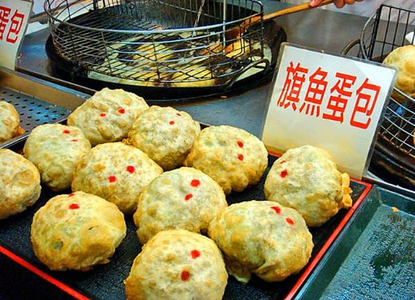 Chợ đêm Huaxi là chợ đêm du lịch đầu tiên tại Đài Loan và vô cùng nổi tiếng với những món ăn táo bạo được chế biến từ rắn. Ảnh: pinch magazine
