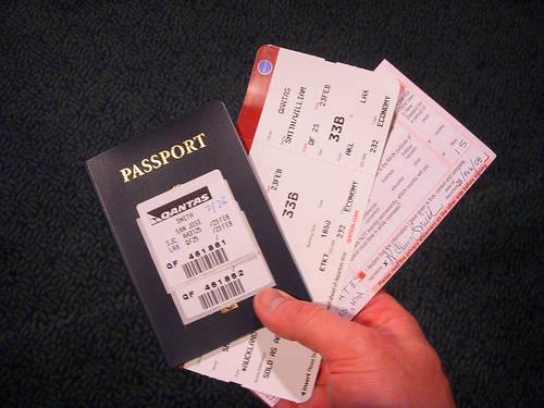 Tìm một vị trí dễ lấy hộ chiếu và vé để bạn không phải lục tung hành lý của mình lên.
