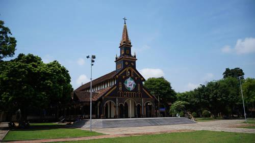 Description: Vẻ ngoài đầy quyến rũ của nhà thờ chính tòa Kon Tum. Ảnh: Bọ Ngựa.