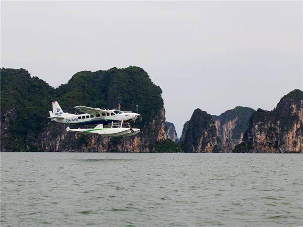 Tạp chí The New York Times (Mỹ) đã đánh giá dịch vụ ngắm vịnh Hạ Long từ thủy phi cơ là một trong những dịch vụ du lịch hấp dẫn nhất năm 2015.