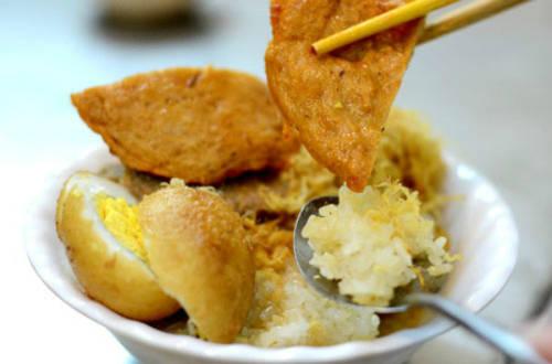 Một suất xôi chả cua có đầy đủ các thức ăn kèm quen thuộc như trứng, thịt kho, lạp xưởng, ruốc, thịt gà, chả quế, giò bò...