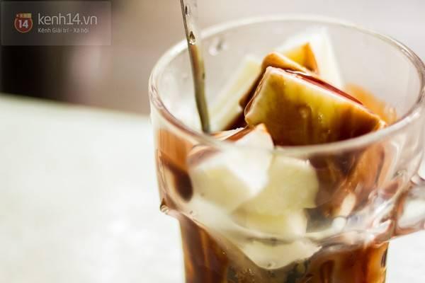Dù mới nổi lên cách đây 3 - 4 năm, nhưng cũng đủ để sữa chua xắt miếng giúp Hàng Nón có tên trên địa chỉ ẩm thực của các bạn trẻ Hà Nội.