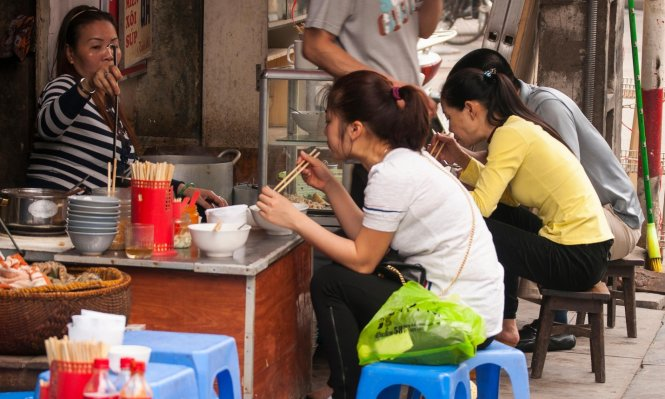 Du lịch Hà Nội - Thưởng thức ẩm thực đường phố tại các phố cổ Hà Nội.