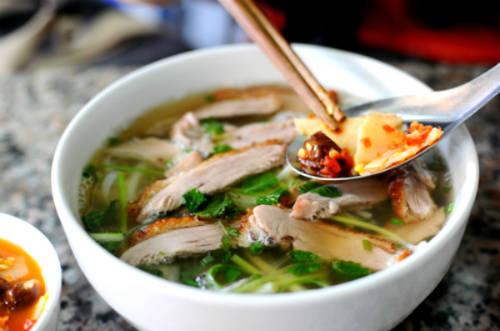Phở vịt quay với nước dùng đậm, thịt vịt ướp thơm ngon, được thái lát khá dầy, ăn rất mềm và ngọt.