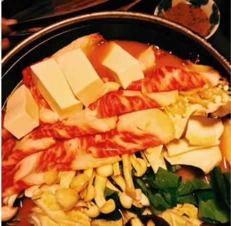 Là món ăn phổ biến ởi Hàn Quốc, lẩu kim chi cũng giống nhiều loại lẩu khác với nước dùng nấu với xương heo, các loại rau ăn kèm (rau muống, rau cải...), thịt, đậu phụ, nấm...