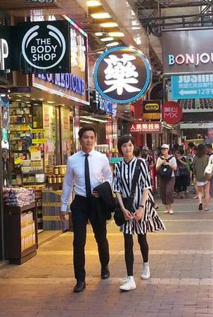 Hai nhân vật chính bắt đầu khám phá Hong Kong bắt đầu từ con đường huyết mạch Nathan.