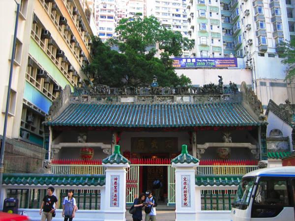 Đền Man Mo - ngôi đền khá nổi tiếng, tọa lạc tại đường Hollywood, Sheung Wan, nằm bên đảo Hong Kong.