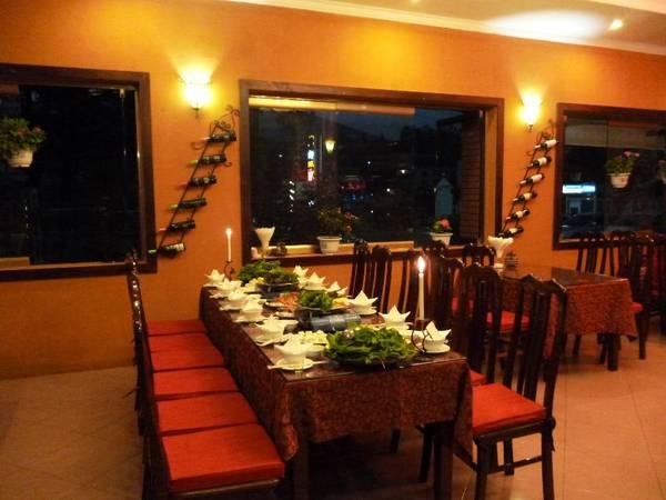 Nhà hàng phục vụ nhiều món ngon Việt Nam và quốc tế.
