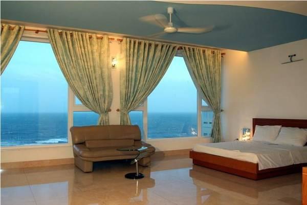 Phòng nghỉ với cửa kính rộng và tầm nhìn tuyệt đẹp.