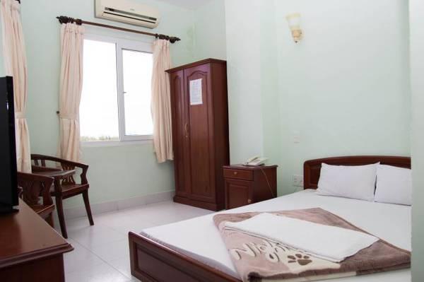 Phòng đơn 1 giường hướng biển tại khách sạn.