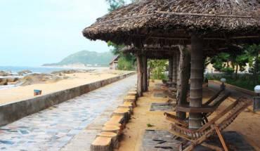 Bờ biển xinh đẹp trong khuôn viên khách sạn. Ảnh: iVIVU.com