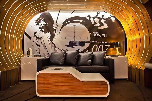 Căn phòng đậm chất điệp viên 007 phía trong khách sạn Le Seven, Paris, Pháp dành cho các fan hâm mộ của James Bond.