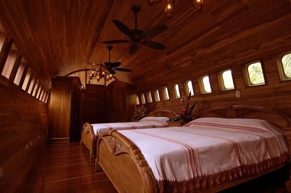 Mặc dù vậy, nó có nội thất khá sang trọng và tiện nghi với hai phòng ngủ, một phòng tắm, một phòng ăn, phòng bếp cùng sân thượng nhìn ra biển.