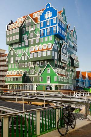 Nhà nghỉ Zaan tại Hà Lan được thiết kế theo mô hình của những ngôi nhà chồng lên nhau với màu sắc sặc sỡ và vô cùng thu hút.