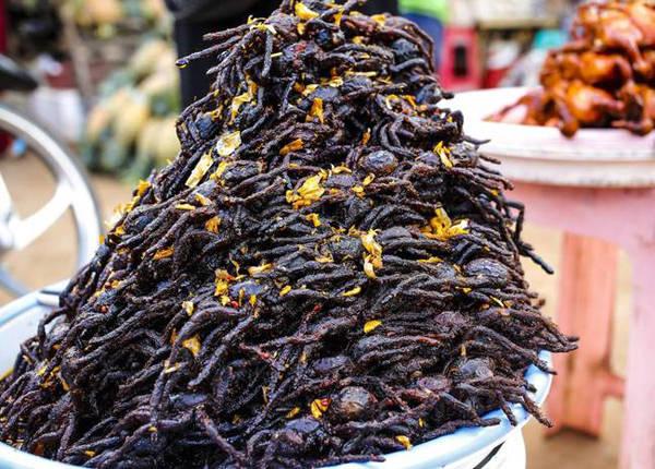 Món ăn từ nhện Tarantula phổ biến ở Campuchia bởi giàu protein, một số người còn cho rằng ăn món này có thể tăng sức mạnh đàn ông. Nhện Tarantula ăn có vị như thịt cua.