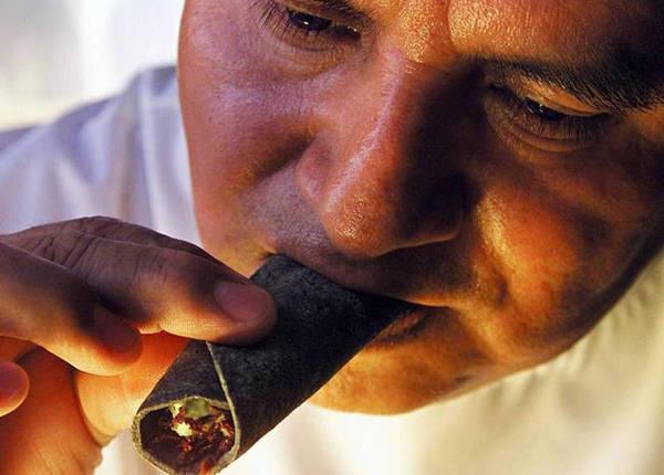 Châu chấu rang là món côn trùng khá phổ biến, được nhận xét là giòn, thơm, béo bùi. Người Việt thích ăn châu chấu rang lá chanh. Ở Mexico, châu chấu rang còn được kẹp vào bánh taco để ăn.