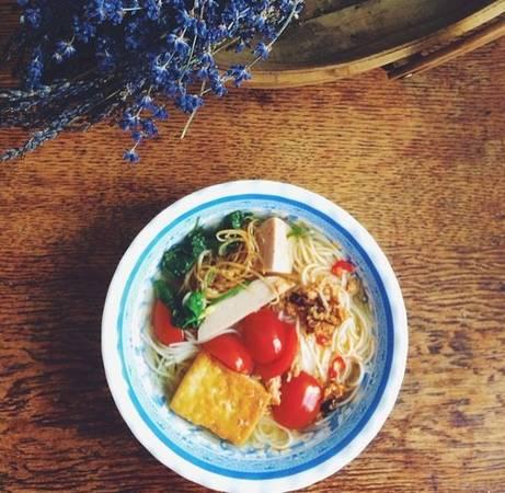 Vị cay của ớt, vị ngọt của cà chua cùng với nhiều hải sản và trứng cuộn tuyệt ngon.