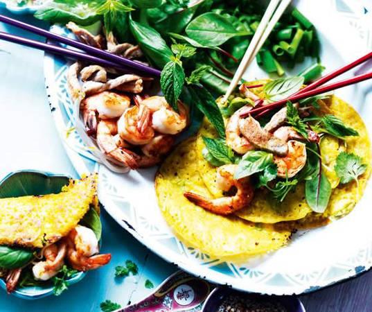 Để dùng món ăn này, bạn sẽ quấn nó bên trong rau xà lách cùng nhiều loại rau thảo mộc khác.