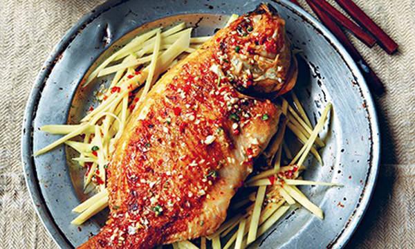 Tuyệt ngon. Món cá chiên giòn ăn kèm với gỏi xoài chua và ngọt, nóng và ngon
