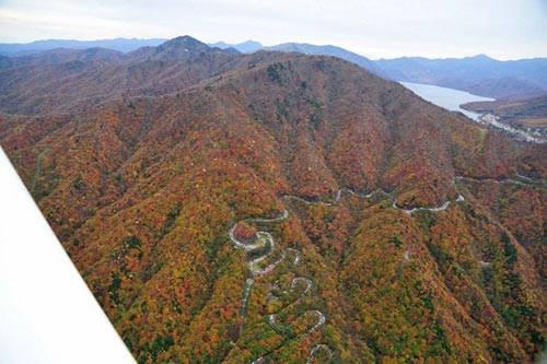 Irohazaka bao gồm hai con đường được xây dựng thứ tự vào năm 1954 và 1965