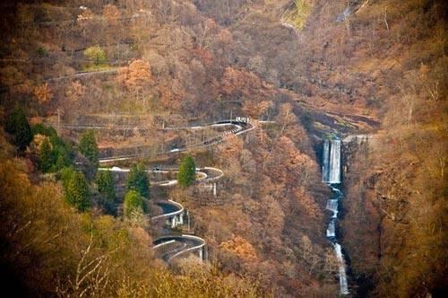 Cao nguyên mang đến một tầng quan sát lí tưởng, hướng nhìn ra thung lũng bên dưới và con đường Irohazaka uốn lượn quanh co.