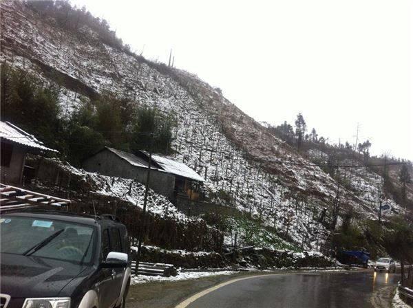 Tuyết đã ngừng rơi nhưng mưa vẫn còn.