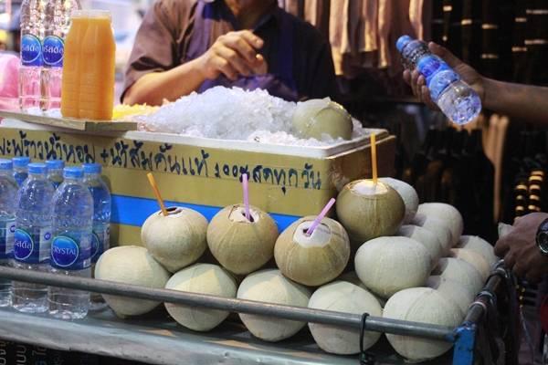 Người ta thích uống dừa dứa ướp lạnh hơn vì nó giải khát rất tốt.