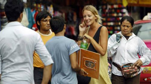 Hãy cẩn thận với những người bán hàng và từ chối chạm vào đồ của họ nếu bạn không muốn mua.