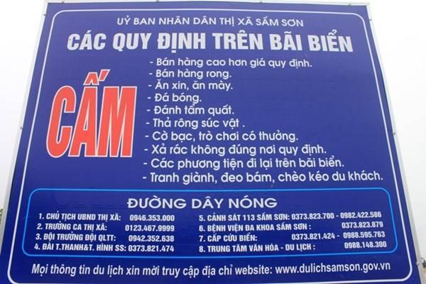 """Bảng quy định trên bãi biển và số điện thoại đường dây """"nóng"""" của lãnh đạo UBND thị xã Sầm Sơn (Thanh Hóa) được treo ở bãi biển."""