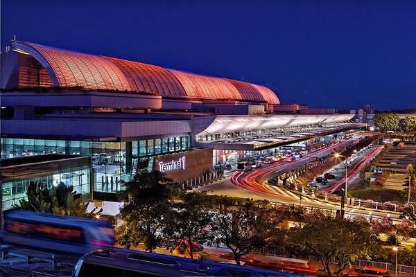Sân bay quốc tế Changi hiện đại nhìn từ bên ngoài.