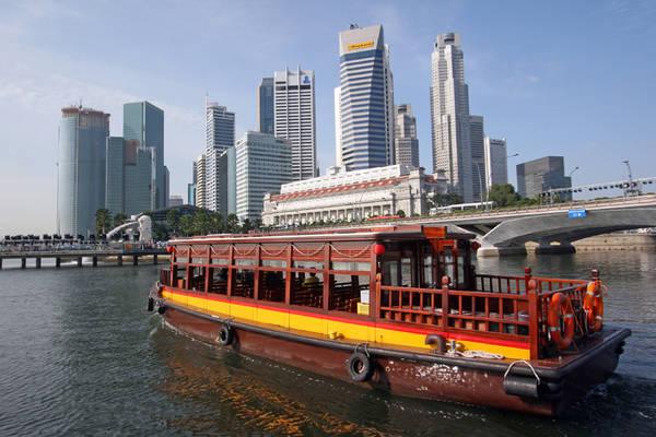 Ngồi thuyền dạo chơi trên sông Singapore.