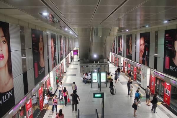Khám phá hệ thống tàu điện ngầm Singapore.