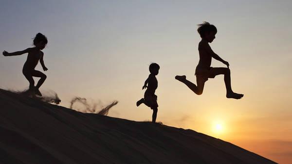 Trẻ em vui đùa trên đồi cát Mũi Né.