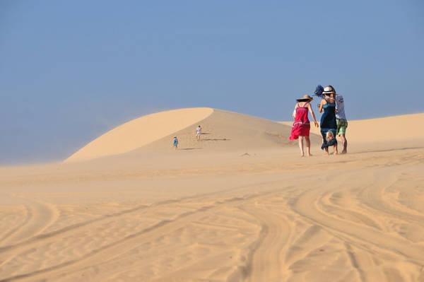 Du khách vui chơi tại đồi cát.