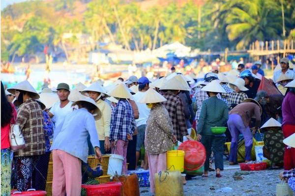 Chợ hải sản lúc mờ sáng tại Phan Thiết.