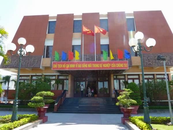 Tham quan Bảo tàng Hồ Chí Minh.