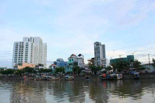 Sài Gòn lạ lẫm trong góc nhìn trên sông.