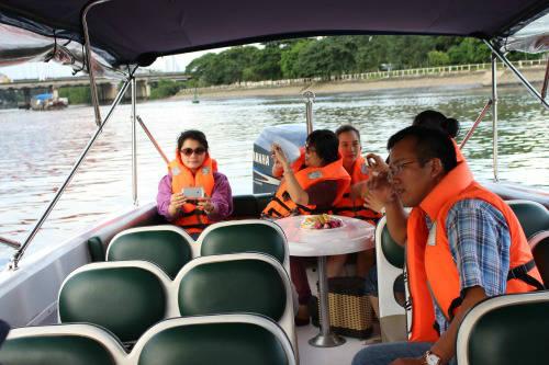 Trên mỗi chiếc tàu du lịch được trang bị đầy đủ bàn ngồi ăn uống, ghế tựa lưng, áo phao.