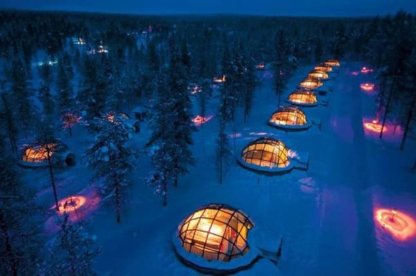 Tại Saariselka, Lapland, Phần Lan, có một khu làng khá kì lạ tên là khách sạn lều tuyết Kakslauttanen.